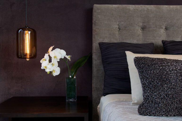 Boende Visit Värmdö Hotellrum med vita liljor