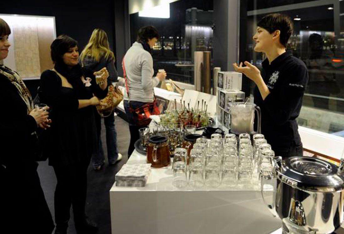 Evenemang – Visit Värmdö – Två tjejer pratar med bartendern