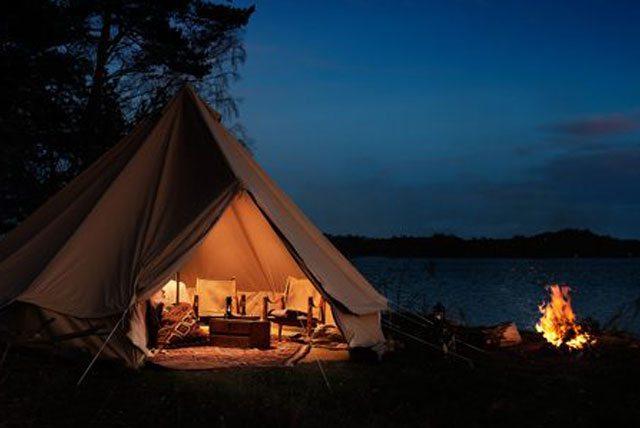 Svartsö Logi – Tält och eldplats i natten