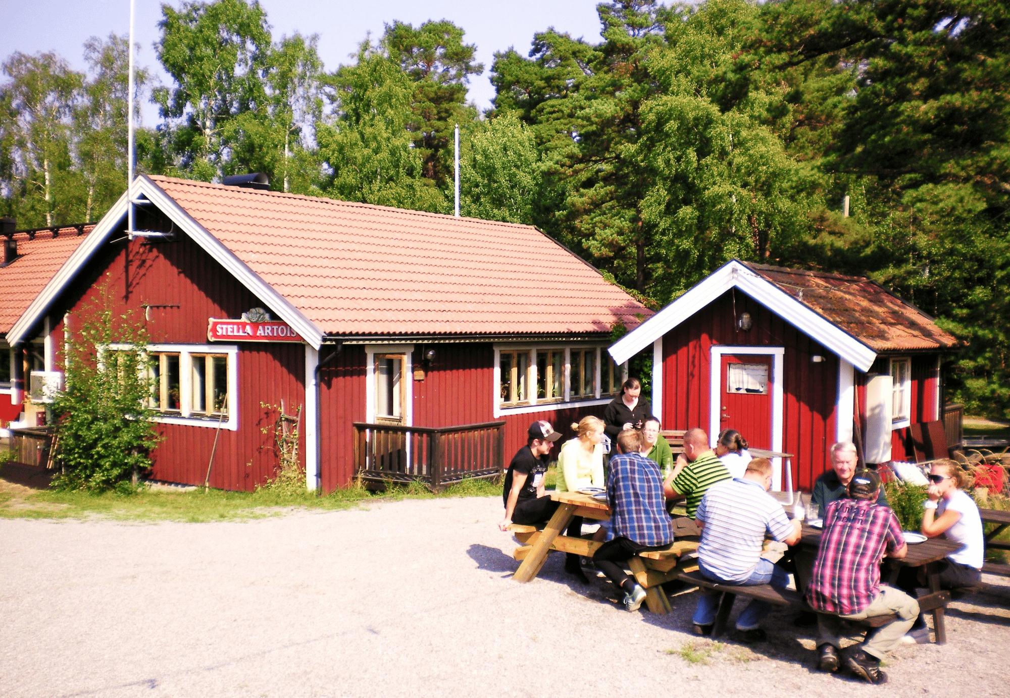 nämndö hembygdsgård röda hus med vita knutar