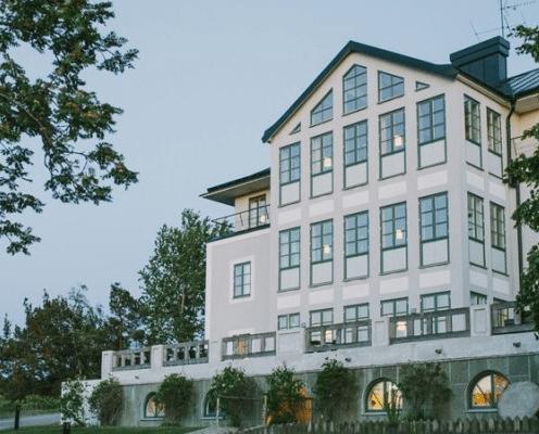 stort propert vitt hus Sand Hotell