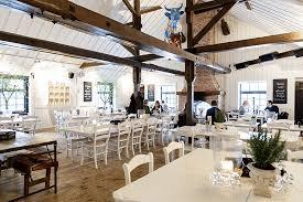 restaurang på siggesta med vita bord och träballkar i taket