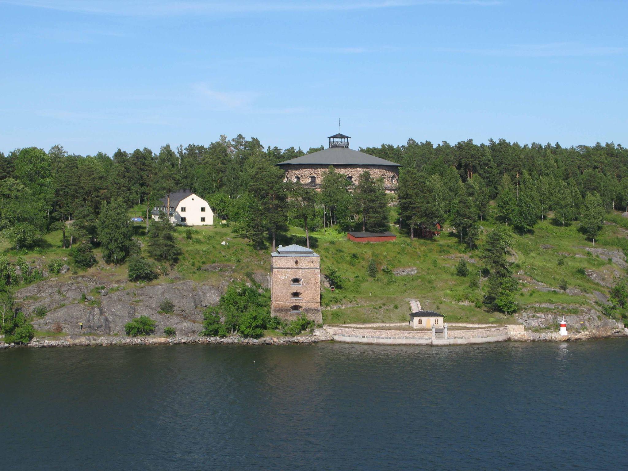 fredriksborgs fästning med gamla stenbyggnader och sjöutsikt