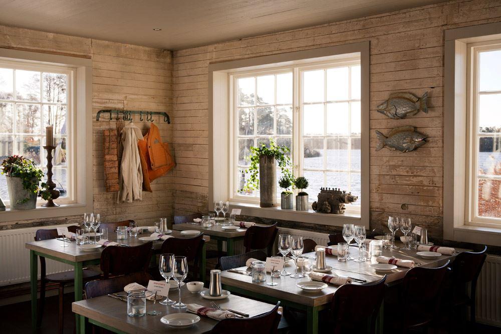 mysig restaurang med gammeldags fönster och träpaneler