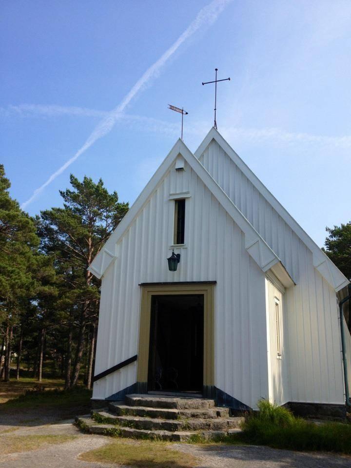 sandhamns kapell vit byggnad med kors på taket