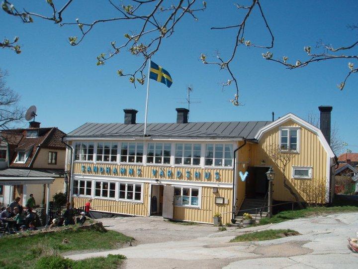 Sandhamns värdshus gult stort hus med vita knutar och blå himmel