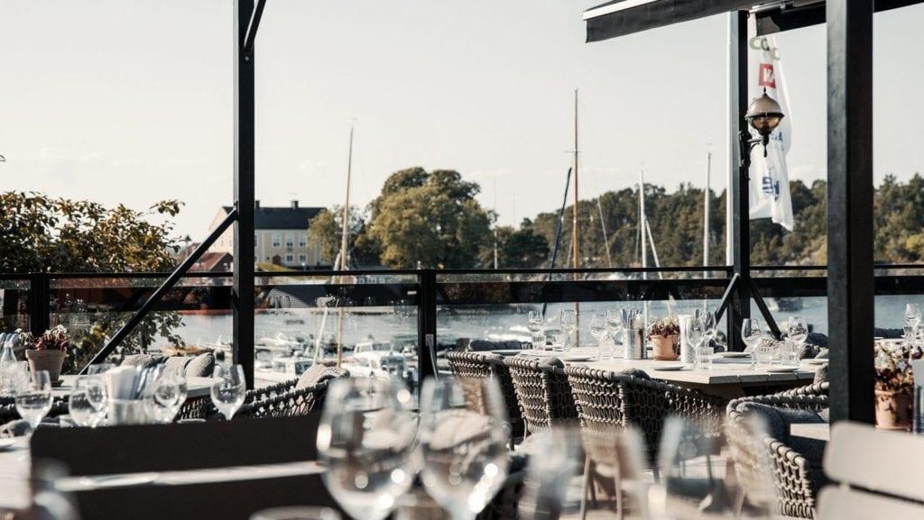 restaurang utomhus med havsutsikt