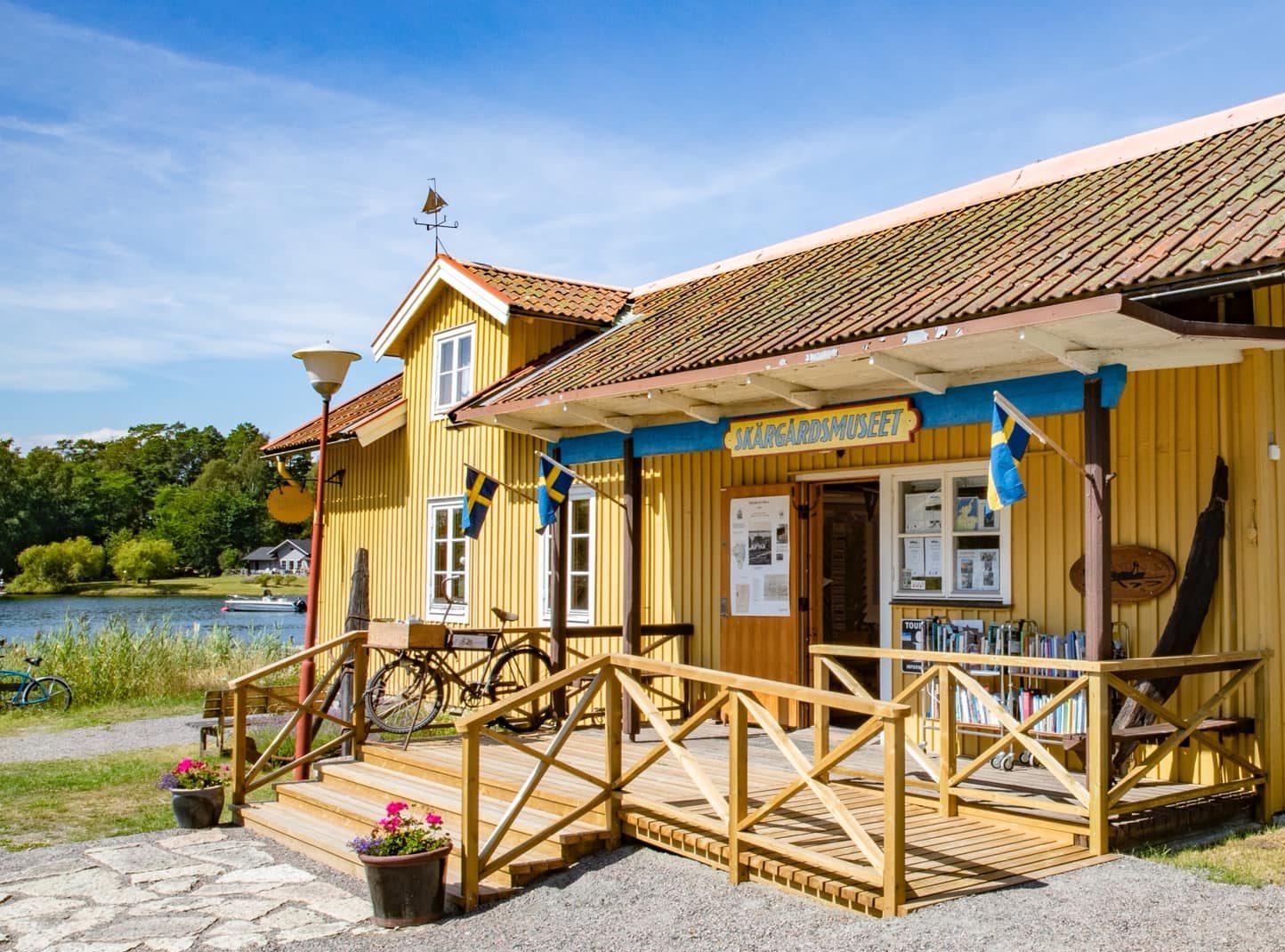 gult hus vid vattnet skärgårdsmuseet i stavsnäs