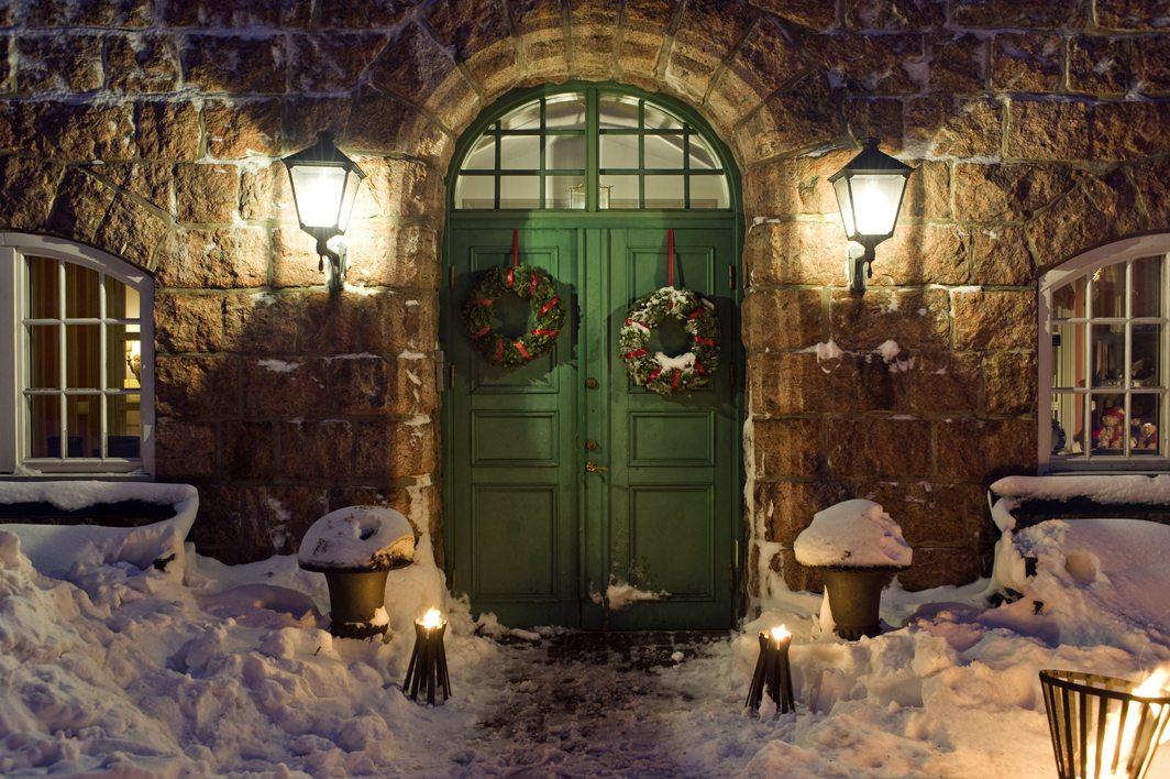 dörr med juldekorationer