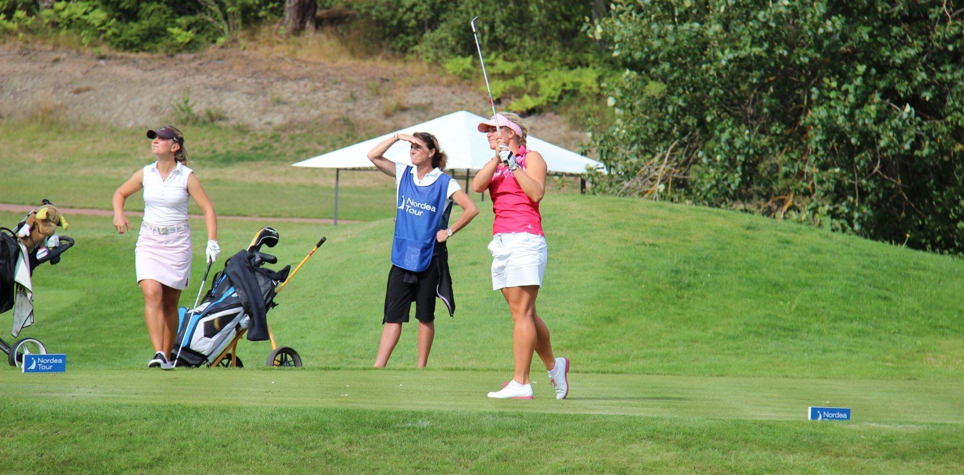 grupp som spelar golf
