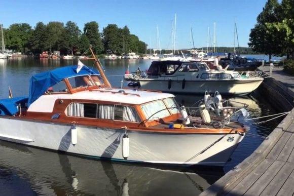storö båthamn och trädäck i skärgårdsmiljö
