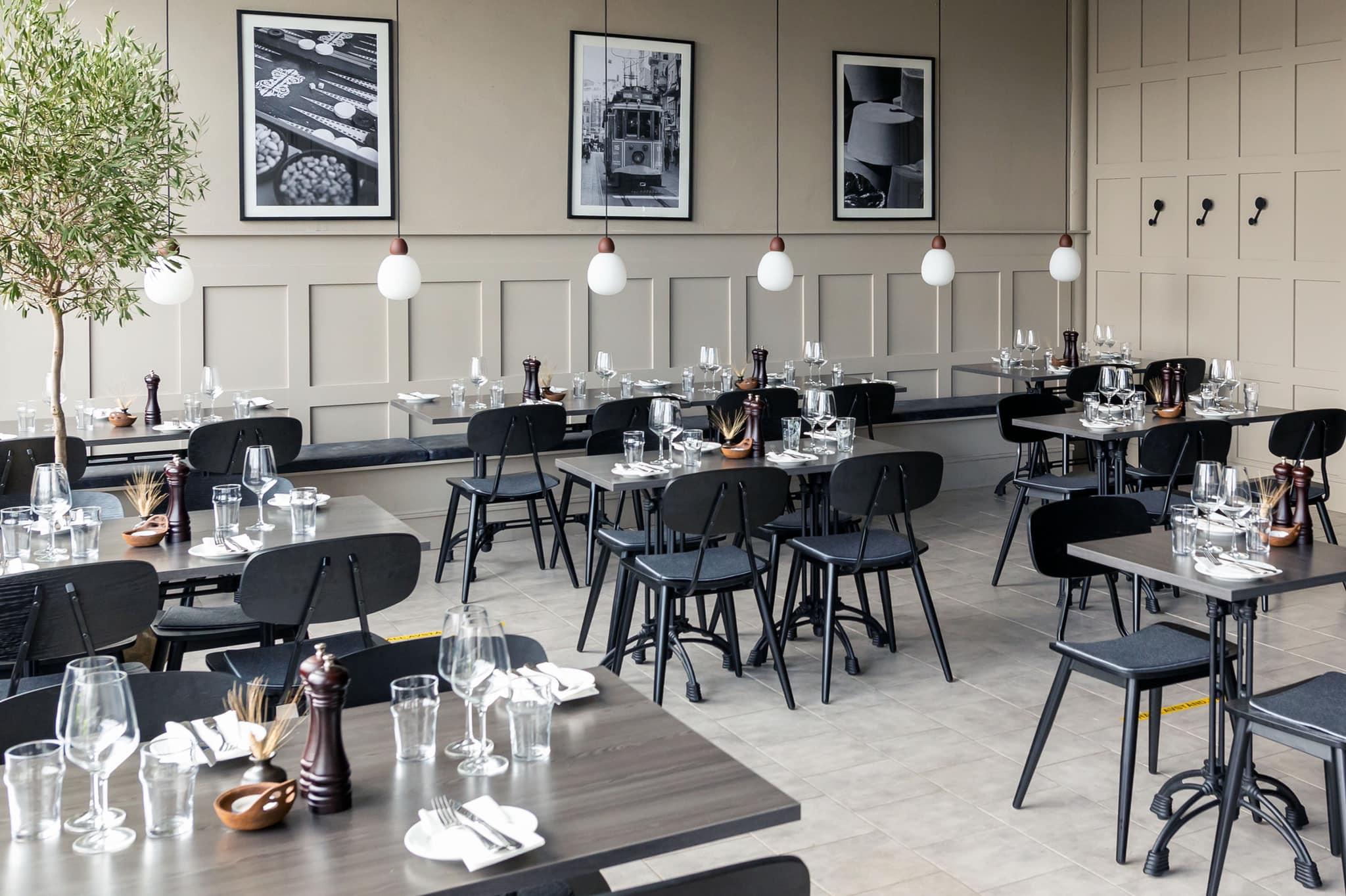 stor och ljus matsal med svarta stolar och bord