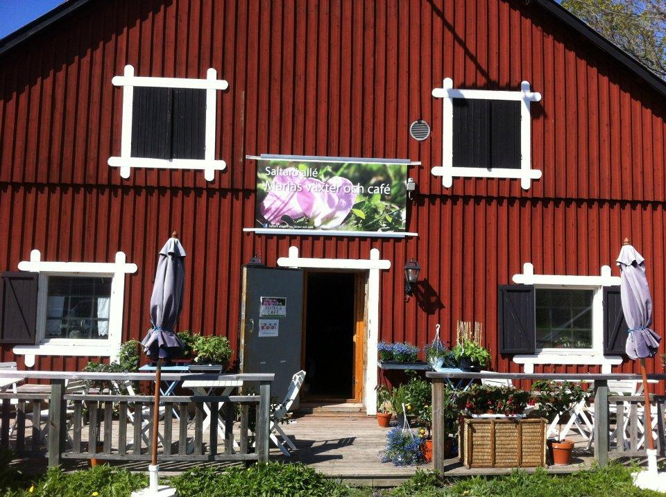 Rött hus med terass, uteservering cafè