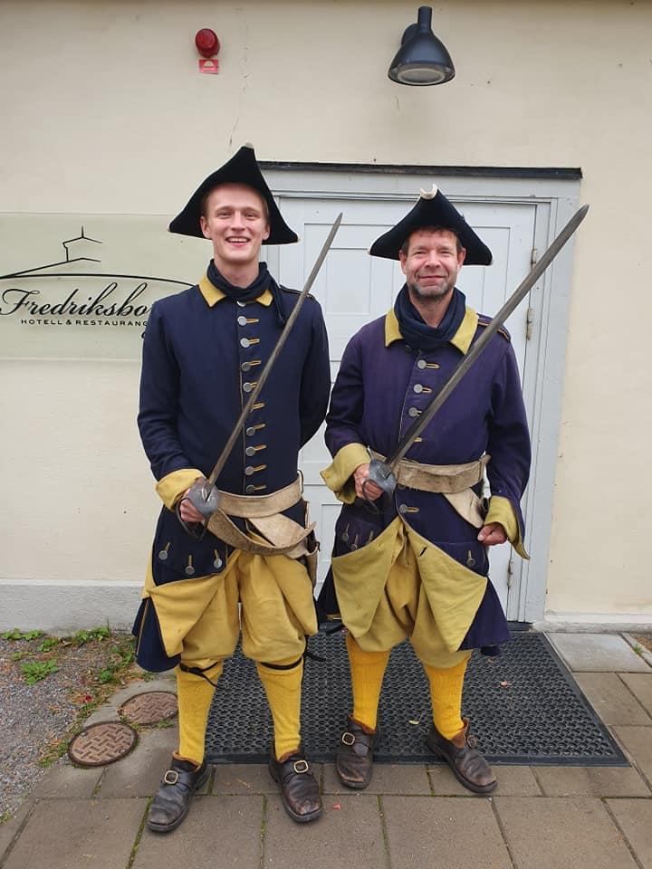 två utklädda guider i gamladags krigskostym på fredriksborgs fästning